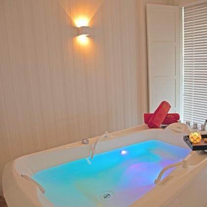 Bono Regalo Bañera Capri Hidromasaje para dos personas en el Gran Hotel Nagari Boutique Spa