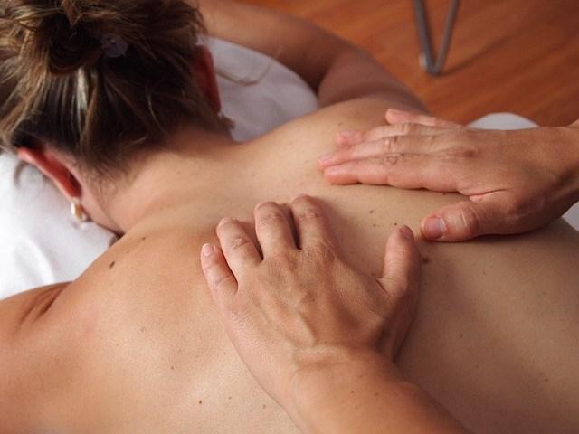 Masaje de fisioterapia en balneario